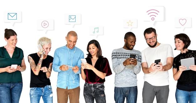 Różnorodni przyjaciele używający swoich urządzeń