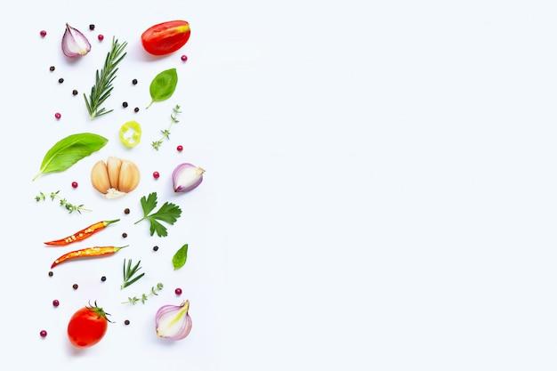 Różnorodni świezi warzywa i ziele na białym tle. koncepcja zdrowego odżywiania