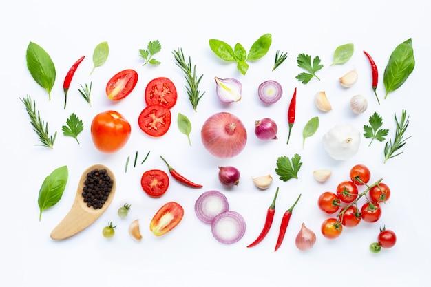 Różnorodni świezi warzywa i ziele na białym tle. zdrowe jedzenie koncepcja