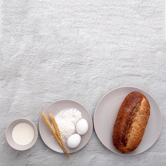 Różnorodni talerze z jajkami i chlebem na kopii przestrzeni tle