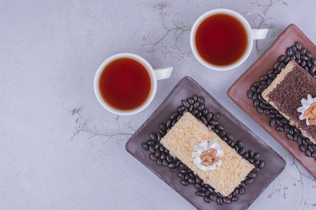 Różnorodność ciast medovic z dwiema filiżankami herbaty