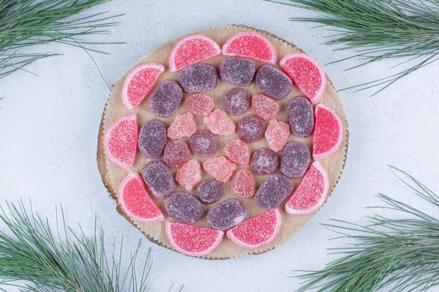 Różnorodność cukierków marmoladowych na desce.