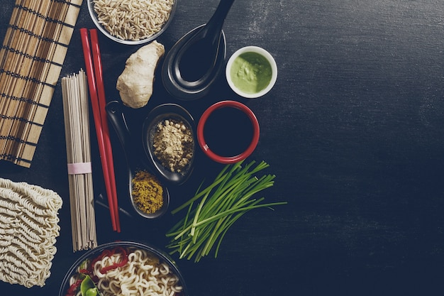 Różnorodność defferent wiele składników gotowania smaczne orientalne jedzenie azji. widok z góry z miejscem na kopie. ciemne tło. powyżej. tonowanie.