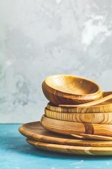 Różnorodność drewnianej miski, drewniane łyżki do sałatki