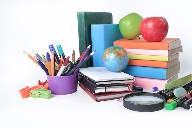 Różnorodność kolorowych przyborów szkolnych na białym stole