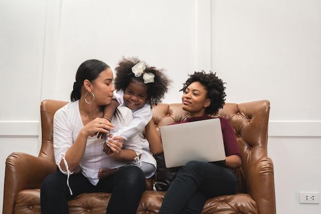 Różnorodność lgbt chwile pary lesbijek szczęście ze swoją afrykańską dziewczyną śmiejącą się i rysującą obraz, styl życia lgbt.