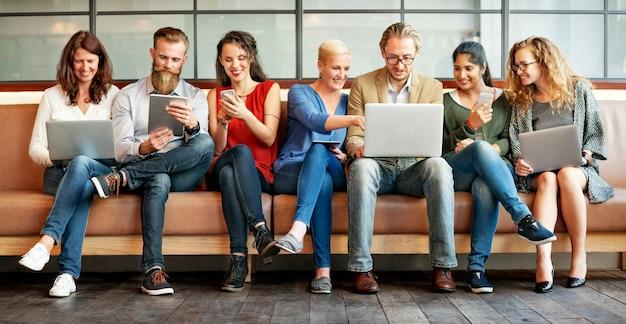 Różnorodność ludzi połączenia urządzeń cyfrowych przeglądania koncepcji
