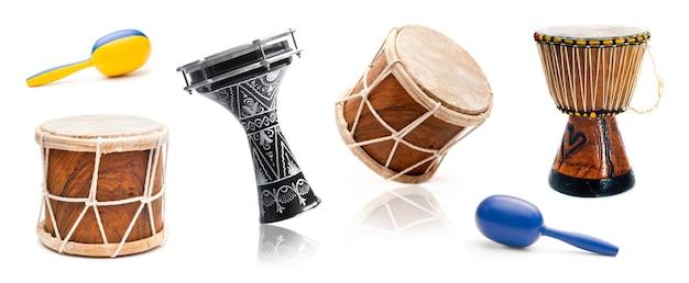 Różnorodność muzycznych bębnów i kolorowych marakasów