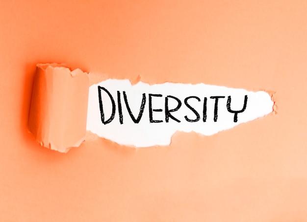 Różnorodność, napisane po angielsku na podartym, miękkim papierze.