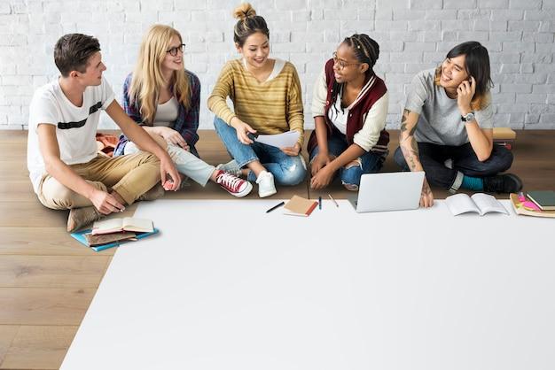 Różnorodność nastolatków hipster przyjaciel wesoły koncepcja