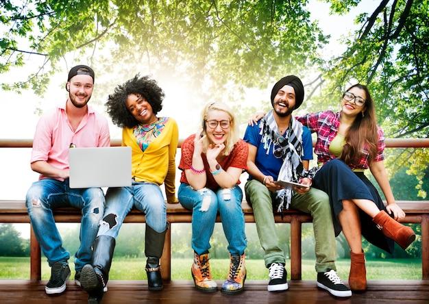 Różnorodność nastolatków przyjaciół przyjaźni drużynowy pojęcie