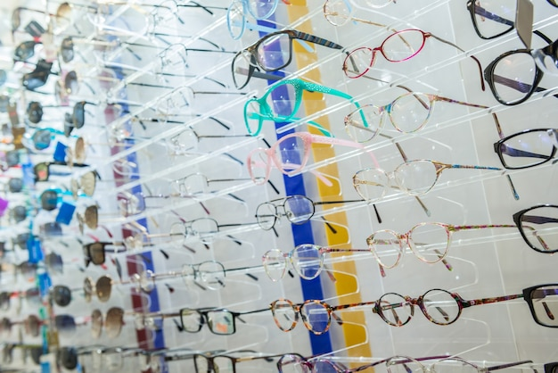 Różnorodność okularów medycznych i okularów przeciwsłonecznych na stoisku w sklepie