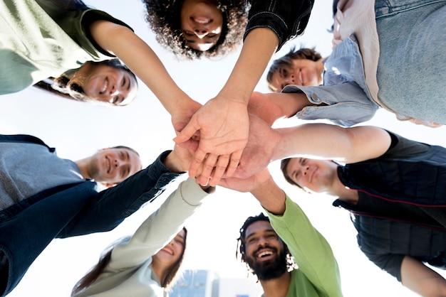 Różnorodność osób trzymających się za ręce
