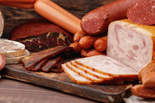 Różnorodność produktów mięsnych i wędliniarskich na stole