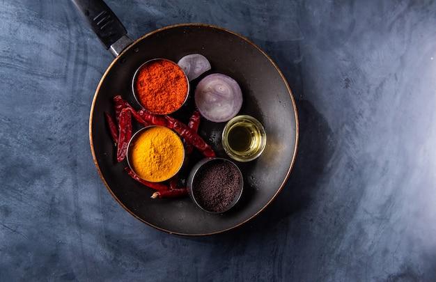 Różnorodność przypraw i ziół na stole w kuchni