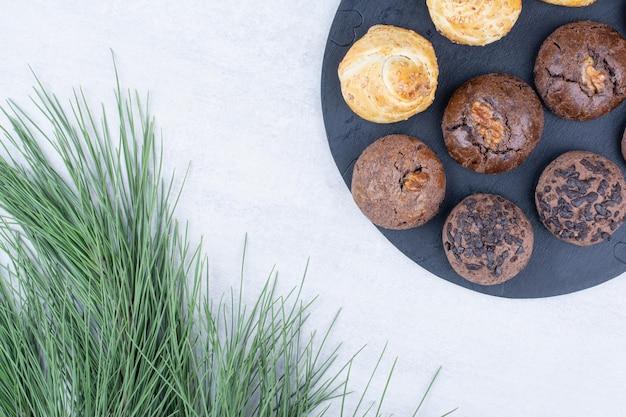 Różnorodność pysznych ciasteczek na czarnej tablicy. zdjęcie wysokiej jakości