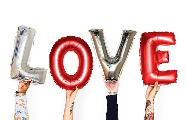 Różnorodność ręce trzymając balon miłości