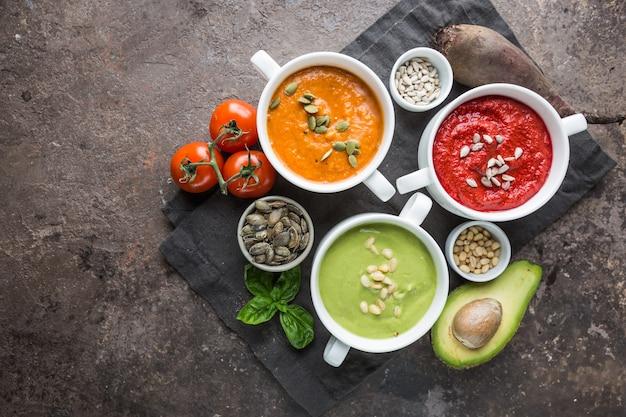 Różnorodność różnych kolorowych zup kremowych warzyw w miskach, widok z góry. pojęcie zdrowego odżywiania lub wegetariańskie jedzenie.