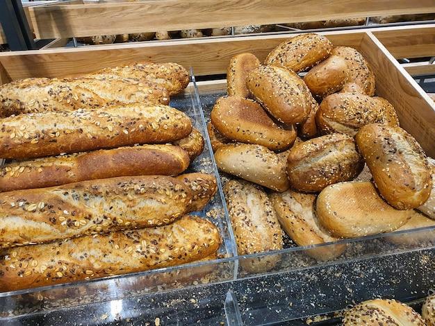 Różnorodność różnych rodzajów francuskich bagietek w piekarni lub sklepie spożywczym świeżo upieczone bułeczki