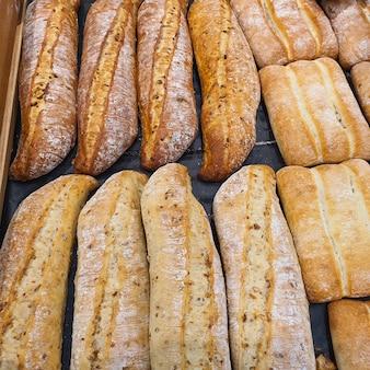 Różnorodność różnych rodzajów francuskich bagietek w piekarni lub sklepie spożywczym świeżo upieczony chleb zbliżenie
