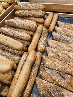 Różnorodność różnych rodzajów francuskich bagietek w piekarni lub sklepie spożywczym świeżo upieczony chleb