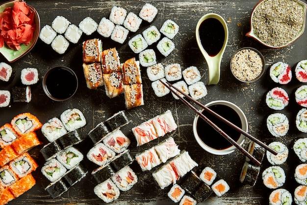 Różnorodność serwera sushi z sosami