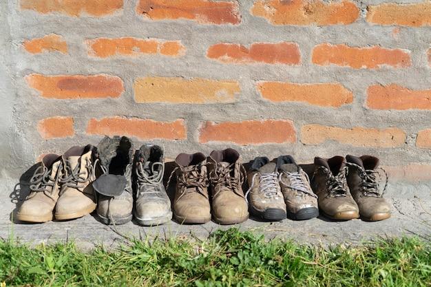 Różnorodność starych butów roboczych