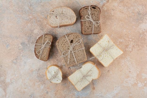 Różnorodność stosów chleba na tle marmuru