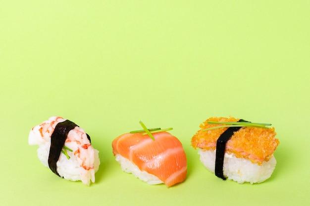 Różnorodność sushi na stole