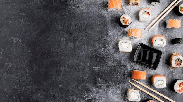 Różnorodność sushi w przestrzeni kopii