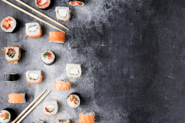 Różnorodność sushi z widokiem z góry z miejscem na kopię