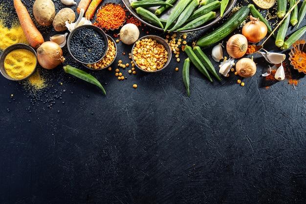 Różnorodność świeżych smacznych warzyw w ciemności