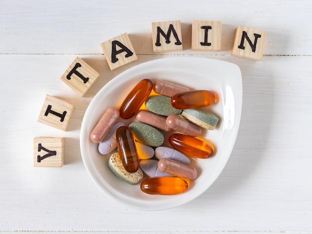Różnorodność tabletek witaminowych widok z góry