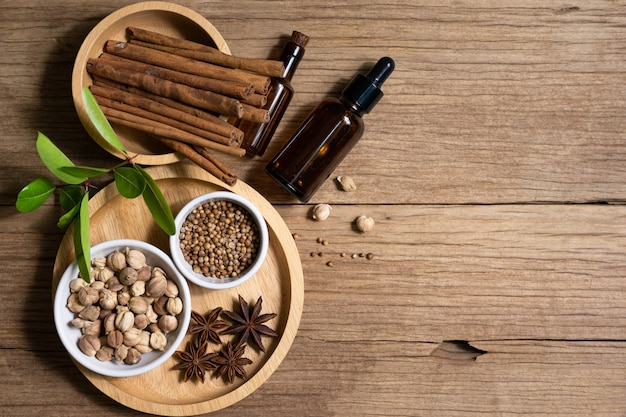 Różnorodność tajskich i indyjskich przypraw oraz naturalnych ziół
