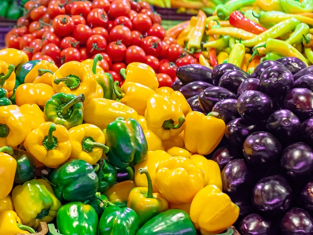 Różnorodność warzyw na ladzie targowej