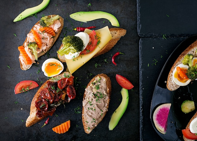 Różnorodność zdrowych kanapek. widok z góry