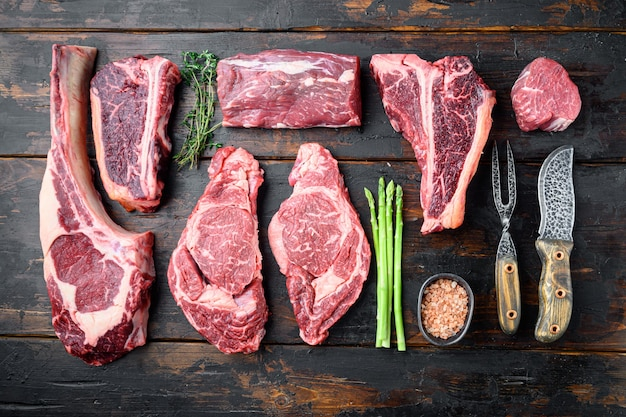 Różnorodność zestawu steków mięsnych raw black angus prime