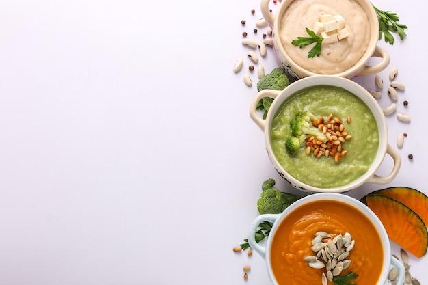 Różnorodność zup kremowych warzyw: z brokułami, białą fasolą i dyniami, składniki na zupę, koncepcja zdrowego odżywiania, miejsce, orientacja pozioma