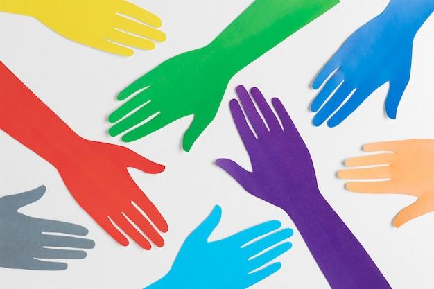 Różnorodny asortyment z różnymi kolorowymi rękami papierowymi