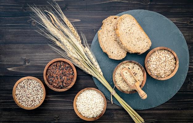 Różnorodny naturalny organicznie zboże i całe ziarna sia w drewnianym pucharze dla zdrowego karmowego składnika produktu pojęcia.