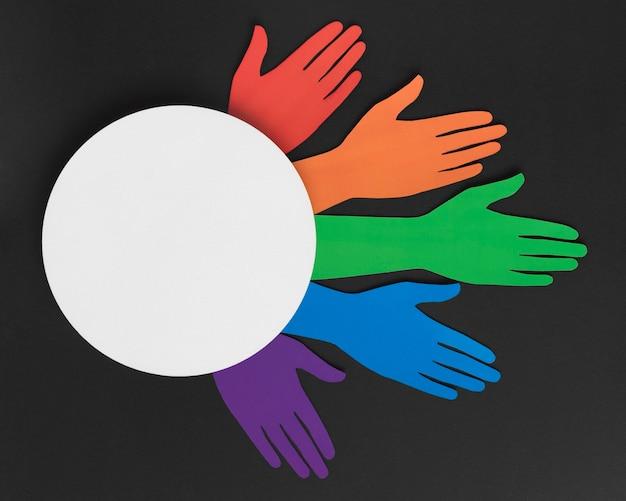 Różnorodny skład różnych kolorowych papierowych rąk z białym kółkiem