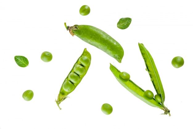 Różnorodny surowy świeży zielony groszek