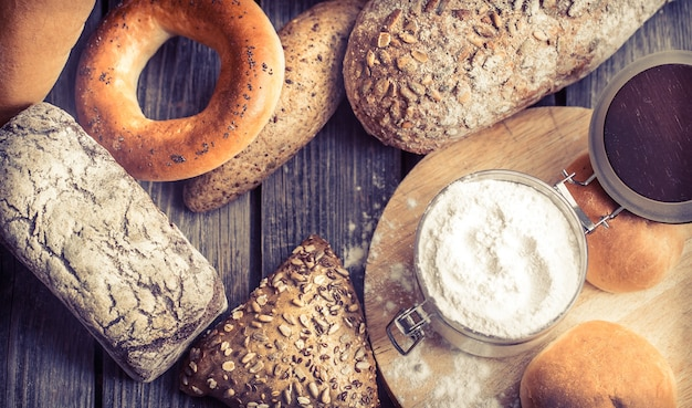 Różnorodny świeży chleb
