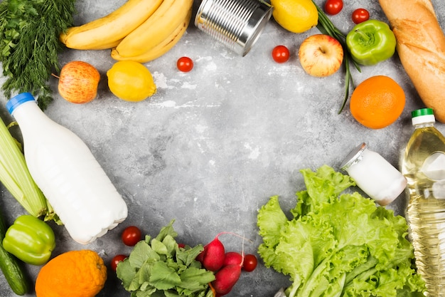 Różnorodny zdrowy jedzenie na szarym tle.
