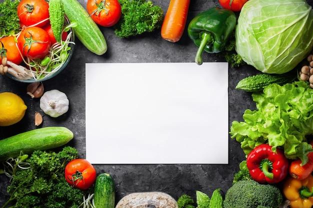 Różnorodnych świeżych warzyw organicznie jedzenie dla zdrowego na nieociosanym tle