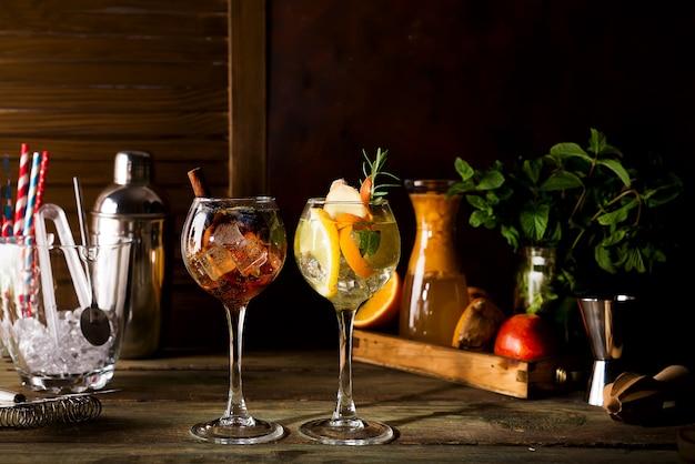 Różny alkoholiczny napój w szkle z owoc na ciemnym drewnianym tle