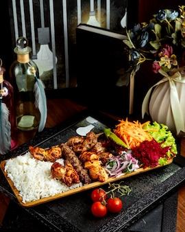 Różny kebab z ryżem i warzywami