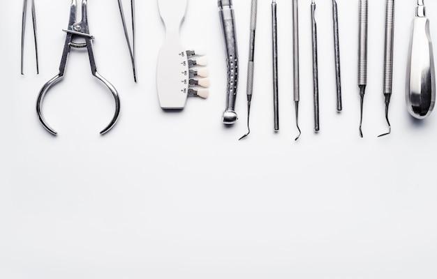 Różny sprzęt dentystyczny z miejscem na kopię na białym tle