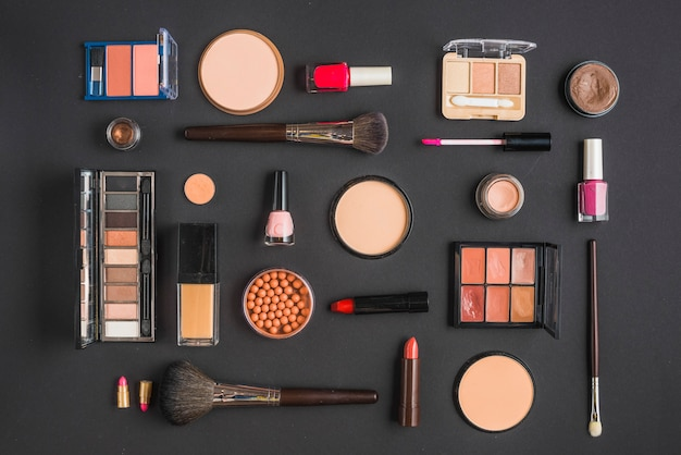 Różny typ makeup produkty na czarnym tle