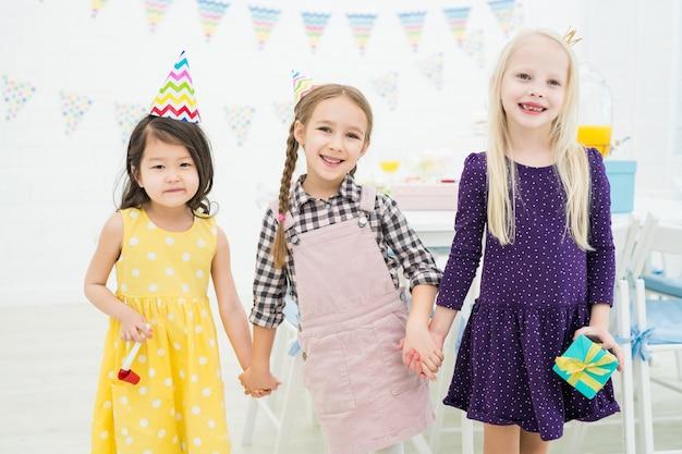 Rozochoceni dziewczyna przyjaciele na przyjęciu urodzinowym